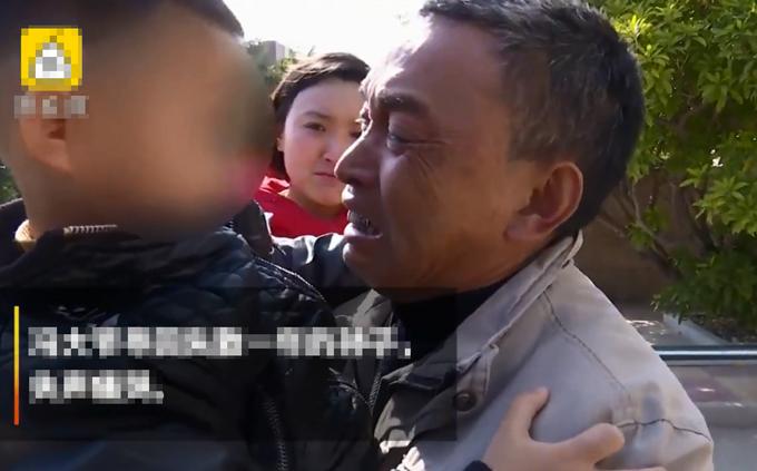 Ông Feng đoàn tụ với cháu trai Hao Hao sau 1 năm cậu bé bị chính bố mẹ đẻ bán đi, ở thành phố Tấn Giang, tỉnh Phúc Kiến, Trung Quốc. Ảnh: Weibo.
