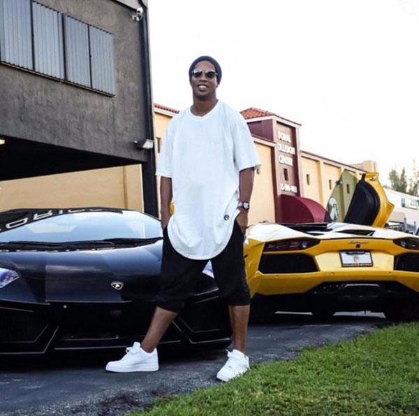 Tháng 11 năm ngoái, giới truyền thông Brazil đưa tin Ronaldinho chỉ còn 5 bảng trong tài khoản dù chưa trả khoản nợ 1,75 triệu bảng do bị phạt vì xây dựng ở khu vực cấm. Được cho là không còn khả năng trả nợ, siêu sao lừng danh một thời bị tịch thu hộ chiếu, cấm rời khỏi quê nhà.