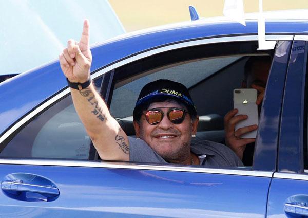 Huyền thoại Maradona từng hai lần phá kỷ lục chuyển nhượng nhưng phải tuyên bố phá sản năm 2009 sau khi nợ tới 42 triệu bảng tiền thuế trong thời gian khoác áo Napoli trong những năm 1980.