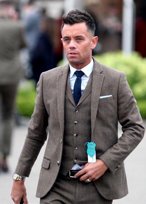 Cựu tuyển thủ Anh, Lee Hendrie, khánh kiệtvì trầm cảm và nghiện cờ bạc. Dù hưởng lương 30.000 bảng một tuần tại Aston Villa, tiền vệ một thời tuyên bố phá sản vào tháng 1/2012 khi đối mặt với một khoản nợ lớn và bị tịch thu tài sản. Henriehiện là đại sứ của tổ chức sức khỏe tinh thần Young Minds từng hai lần tìm cách tự vẫn trong thời điểm bế tắc.