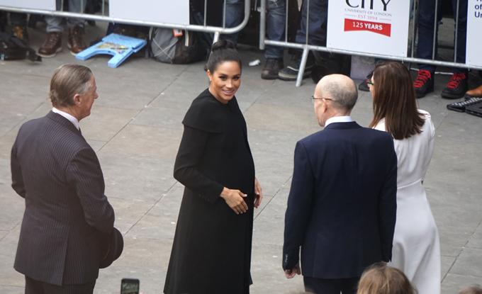 Nữ công tước xứ Sussex đáp lại tình cảm yêu mến của sinh viênĐại học City London bằng nụ cười thân thiện. Ảnh:Trọng Giáp.