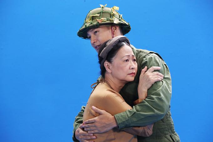 Nam ca sĩ lạ lẫm khi hóa thân anh bộ đội từ chiến trường trở về còn NSND Như Quỳnh là bà mẹ miền Bắc ngày ngày ngóng tin con.