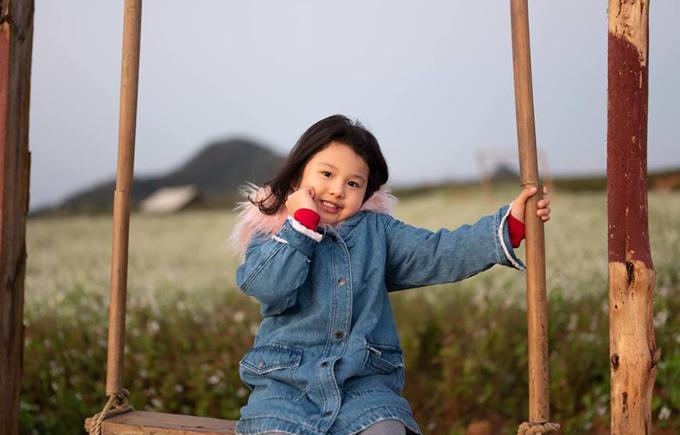 Bé Na, con gái của cặp đôi hơn 5 tuổi. Cô nhóc tinh nghịch nhưng vẫn điệu đà.