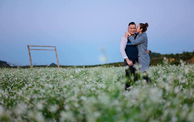 Hoa hậu không ngại hôn má chồng giữa không gian thiên nhiên tươi đẹp của Mộc Châu.