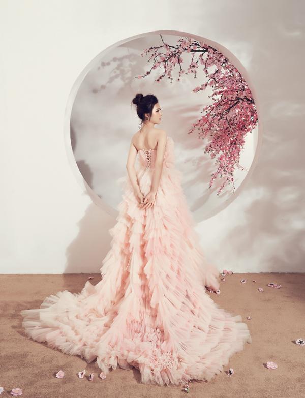 Váy dạ hội được tạo layer cầu kỳ bằng vải voan lưới mỏng tạo cảm giác bồng bềnh và tôn nét mảnh mai cho người mặc.