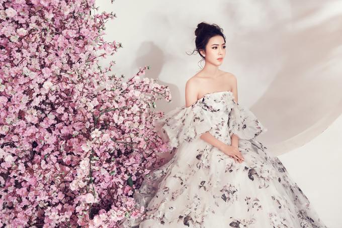 Cùng với các mẫu váy tông hồng nude, người đẹp còn chọn thêm các kiểu váy trễ vai, đầm xuyên thấu để mang tới sự phong phú cho bộ ảnh.