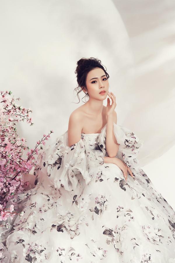 Váy xòe theo phom dáng cổ điển được bố trí thêm phần rớt vai để tăng nét gợi cảm cho Kim Ngọc.