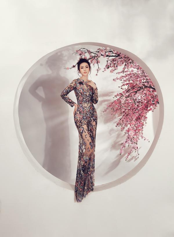 Váy ôm sát hình thể được cắt may trên chất liệu xuyên thấu kèm hoa thêu tạo nên điểm nhấn nhá táo bạo.