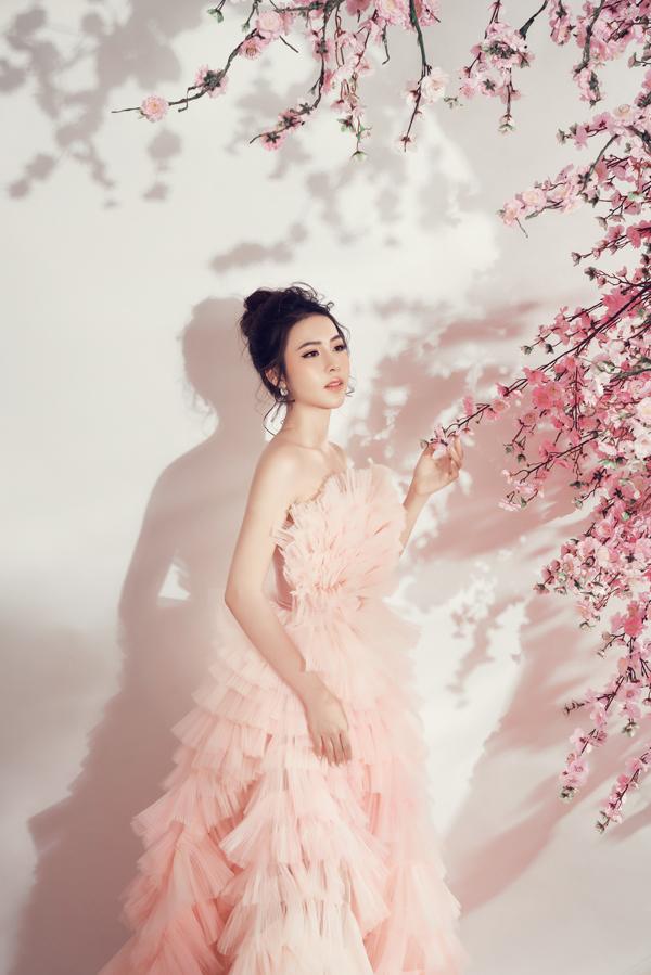 Màu sắc của cảnh trí, trang phục và lối trang điểm theo tông hồng nhẹ nhàng đễ giúp Kim Ngọc xây dựng hình ảnh tiểu tiên nữ.