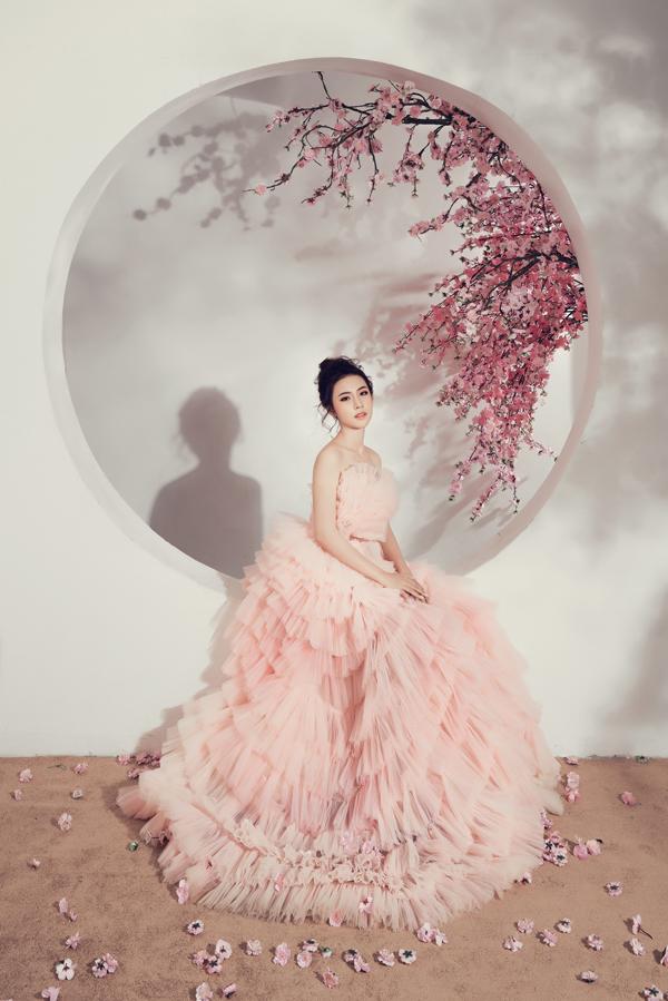 Người đẹp không chọn áo dài truyền thống như nhiều sao Việt mà sử dụng những thiết kế dạ hội theo tông nude.