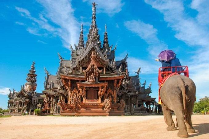 Nằm trên đường Sukhimvit, quận Nong Prue, phía đông thành phố Pattaya, làng voi Pattayamở cửa từ năm 1973 và được coi là một khu bảo tồn cho những chú voi già yếu không thể làm việc. Khi tới đây, du khách sẽ được quan sát,trải nghiệm các hoạt động huấn luyện voi, tắm voi, diễu hành voi. Bạn cũng có thểthửcảm giác thú vị và hồi hộp khi ngồi trên lưng voi dạo quanh ngắm cảnh.