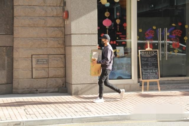 Trong khi đó, Lưu Khải Uy một mình bị bắt gặp rời khỏi nhà, đến một cửa tiệm và mua rất nhiều đồ. Dường như cả gia đình họ Lưu đều đang bận rộn sắm sửa cho ngày Tết đến gần.