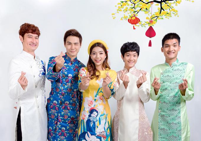 Từ trái qua: dàn diễn viên của phim Lật mặt 4 gồm Huy Khánh, Jay Quân, Katleen Phan Võ, Tiến Ngô và Mạc Văn Khoa tham gia buổi chụp ảnh xuân cùng gia đình Lý Hải.
