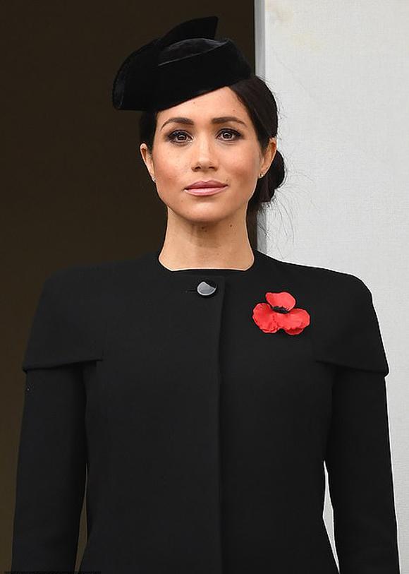 Meghan mặc áo khoác Givenchy trong lễ tưởng niệm Thế chiến I ở London hồi tháng 11. Ảnh: UK Press.