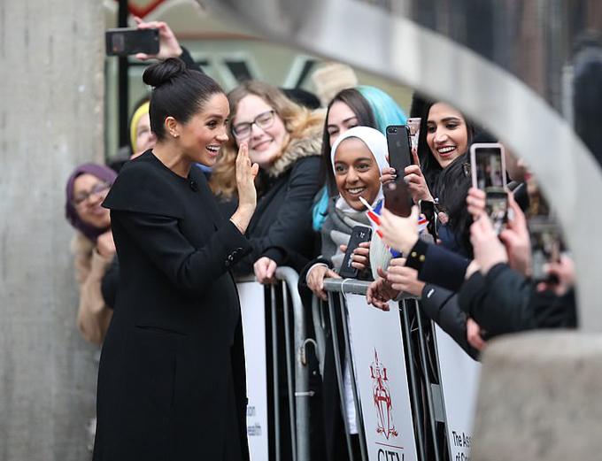 Meghan vẫy tay chào các sinh viên ở Đại học London hôm 31/1. Ảnh: PA.