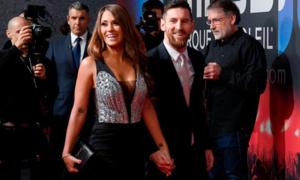 Messi tươi cười nắm tay vợ trên thảm đỏ