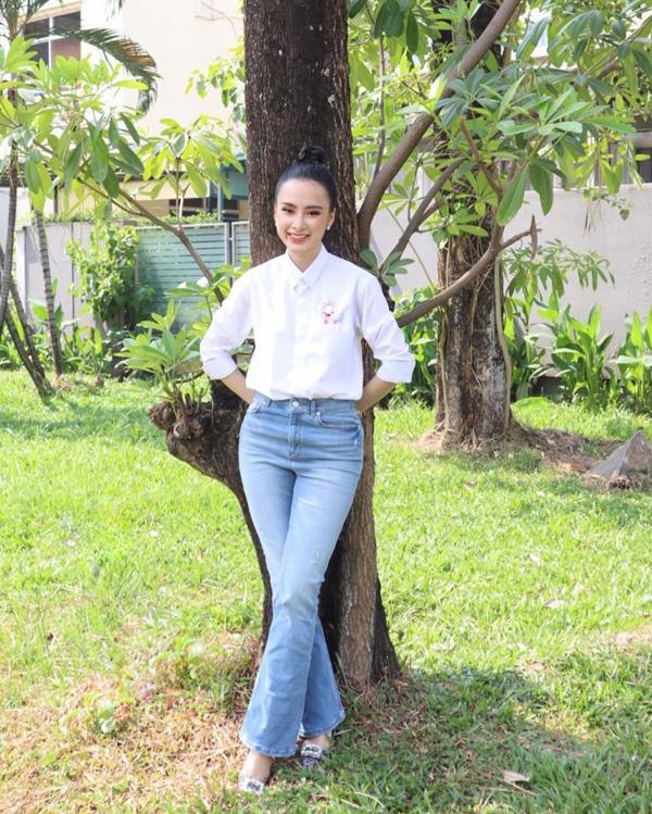Angela Phương Trinh cũng chọn quần jeans ống loe để giúp mình tôn chiều cao một cách tối đa.