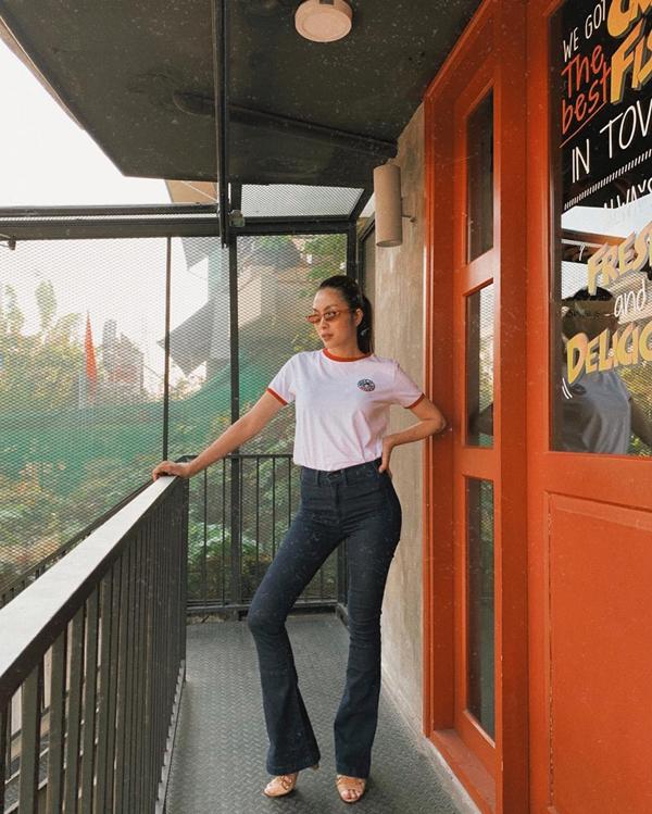 Chỉ diện áo thun trắng, quần jeans ống loe cạp cao đơn giản, ngọc nữ đã khoe được đôi chân dài miên man và dáng người mảnh mai, thon gọn đáng ngưỡng mộ ở tuổi 33.