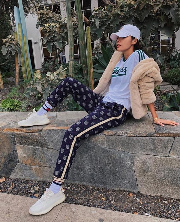 Minh Tú thể hiện sự trung thành theophong cách thể thao yêu thích khimix áo thun bóng chày, quần joggers và sneakers.
