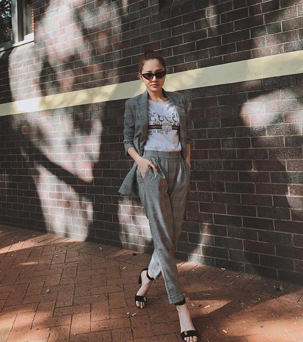 Bảo Anh gợi nhớ đến hình ảnh những nàng công sở hiện đại, sành điệu với suit kẻ sọc ca rô phối cùng áo thun Gucci.