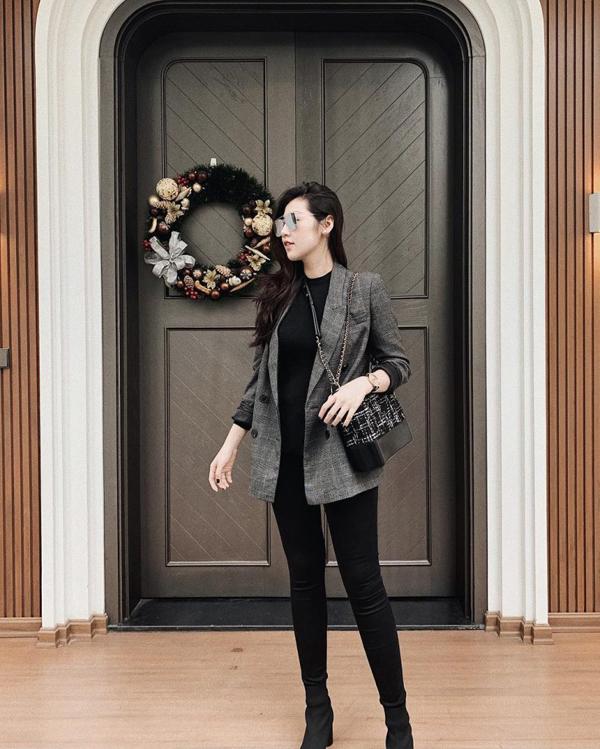 Trở lại đường đua street style sau thời gian sinh em bé, Dương Tú Anh khoe vóc dáng thon gọn vớiset đồ đen, phối cùng blazer cổ điển.