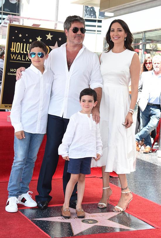 Simon được bạn gái, con trai và con riêng của cô (bên phải) tới ủng hộ trong lễ gắn sao trên Đại lộ Danh vọng Hollywood, tháng 8/2018.