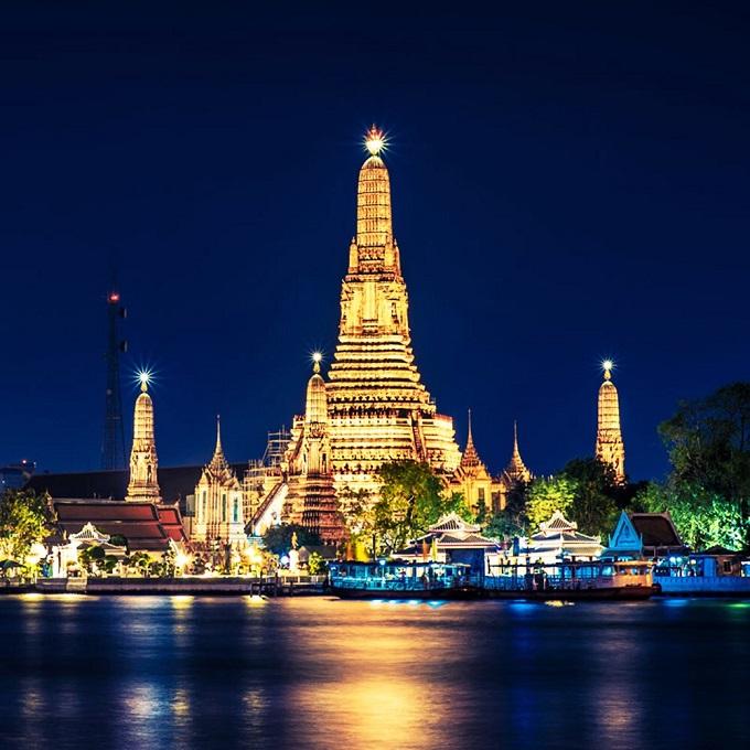 Một điểm vui chơi đáng chú ý khác tại Bangkok là dòng sông Chao Phraya (có nghĩa là sông của các vị vua). Khi đi thuyền trên dòng sông này, du khách có thể dễ dàng quan sát 4 điểm tham quan đặc sắc của thủ đô xứ sở Chùa Vàng làWat Pho (chùa Phật Nằm), cung điện Hoàng gia, Wat Phra Kaew (đền Phật Ngọc) và Wat Arun. Cảnh đẹp2 bên bờ sông sẽ mang đến cho khách du lịch những phút giây yên bình, thư giãn. Ngoài ra, du khách còn có thể thưởng thức bửa tối hoặc trảinghiệm cho đàn cá da trơn ăn. Đây là những đàn cá này thuộc sở hữu của hoàng gia nên không có ai đánh bắt chúng.
