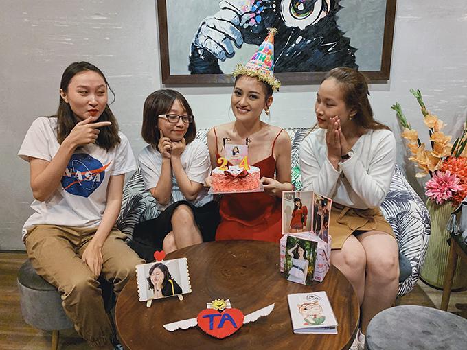 Trước đó, Thùy Anh cũng kịp tổ chức sinh nhật ấm cúng bên một số fan thân thiết tại TP. HCM, trước khi cô về thăm nhà ở Hà Nội. Nữ diễn viên bật mí, đây là lần đầu cô tổ chức họp mặt người hâm mộ.