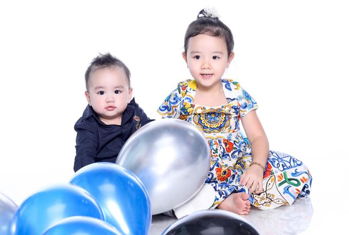Công chúa nhỏ điệu đà giống mẹ. Trang Nhung mua sắm rất nhiều trang phục cho hai con. Dù không còn xuất hiện trên màn ảnh nhiều nhưng nữ diễn viên không nuối tiếc hào quang quá khứ mà hài lòng với hạnh phúc viên mãn hiện tại.