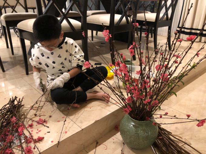 Bùi Xuân Tùng Anh, sinh năm 2009, là học sinh của một trường tiểu học tại Hà Nội. Cậu bé thích bóng đá và thường xuyên tham gia các hoạt động xã hội. So với bạn bè cùng tuổi, cậu bé có phần chững chạc và hiểu chuyện - theo lời mà bác của Tùng Anh, chuyên gia thiết kế hoa tươi Hoàng Khánh, miêu tả.