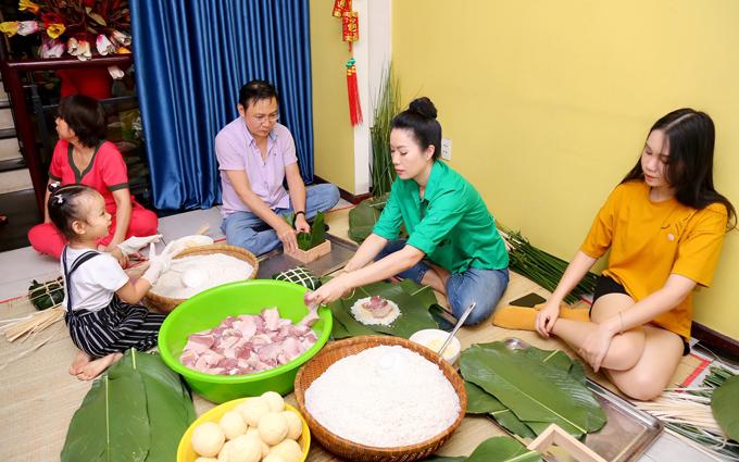 Trịnh Kim Chi cùng chồng con gói bánh chưng tại nhà riêng ở TP HCM, hôm 28 Tết.