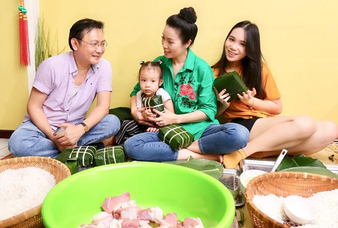 [Caption]Năm nay cũng vậy, Trịnh Kim Chi cũng cùng gia đình quây quần gói bánh chưng cùng với nhau. Cả nhà luôn tràn đầy tiếng cười, năng lượng vui vẻ - với chị, đây cũng là giá trị đặc biệt ý nghĩa của ngày Tết.