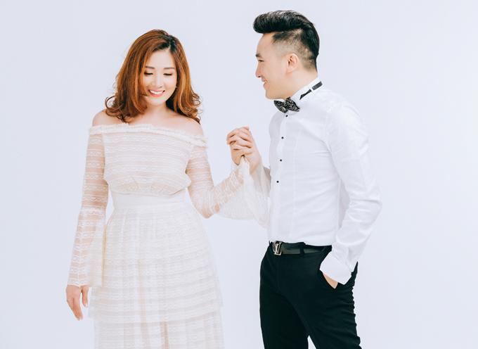 Vợ Dương Ngọc Thái tiết lộ, nam ca sĩ rất coi trọng gia đình. Sau những giờ đi hát về anh lại dành thời gian chăm sóc ba mẹ con cô chu đáo.