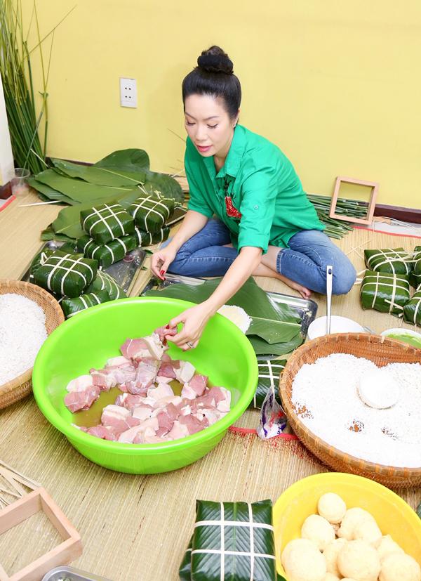 Người đẹp mua thịt heo gồm cả phần mỡ và nạc để làm nhân bánh. Trước đó chị cùng các con rửa lá, vo gạo, chuẩn bị các nguyên liệu cần thiết cho nồi bánh chưng Tết.
