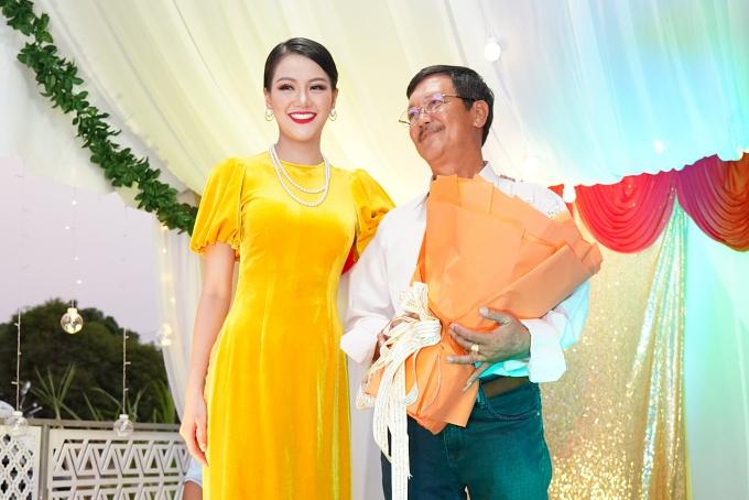 Phương Khánh hạnh phúc được đoàn viên bện bố trong tiệc tất niên. Vì sống xa nhau, người đẹp luônmong được ước nguyện sum họp gia đình đầy đủ bố mẹ, anh em trai ngày Tết.