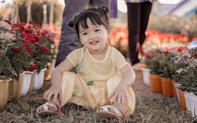 Lúc đến chợ, bé lần lượt thay hai trang phục để có nhiều bức ảnh đẹp và khác biệt.