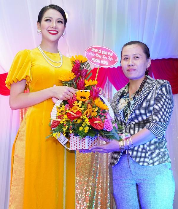 Đạo diện chính quyền địa phương tặng hoa chúc mừng thành tích Miss Earth của Phương Khánh. Đây là danh hiệucao nhất của Việt Nam tại các cuộc thi nhan sắc hàng đầu thế giới.