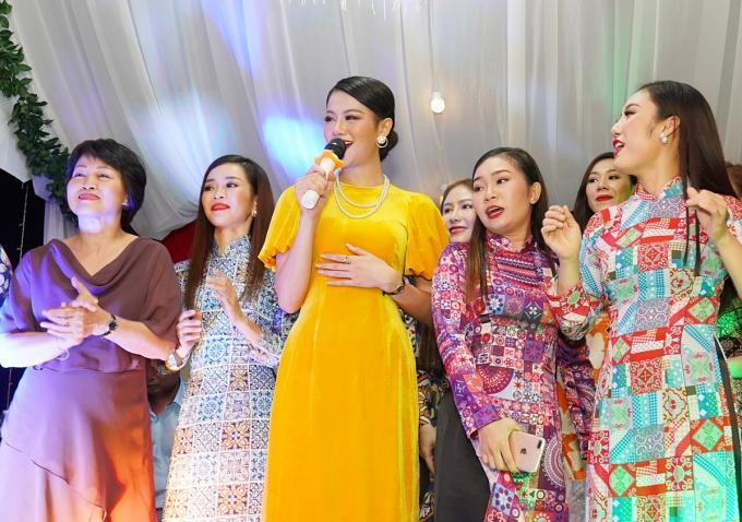 Mẹ Phương Khánh (áo nâu) cũng góp mặt trên sân khấu trong tiết mục hát của