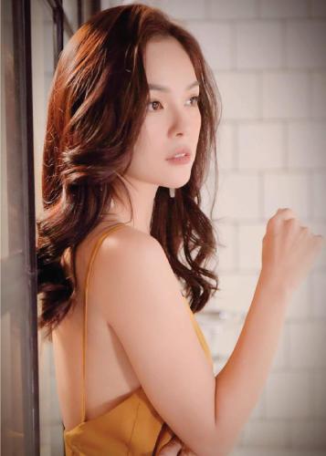 Đón cái Tết đầu tiên trong vai trò bà mẹ đơn thân, nhưng Dương Cẩm Lynh ngày càng rạng rỡ. Nữ diễn viên sắp bước vào độ tuổi 40 cho biết cảm thấy mình trẻ trung và yêu đời hơn sau khi vượt qua nhiều biến cố cuộc sống.