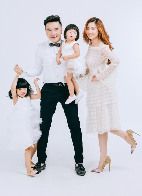 Tết năm nay Dương Ngọc Thái không đi diễn xa mà ở nhà quây quần đón giao thừa cùng vợ con. Sáng mùng Một gia đình anh đi chùa xin lộc đầu năm.