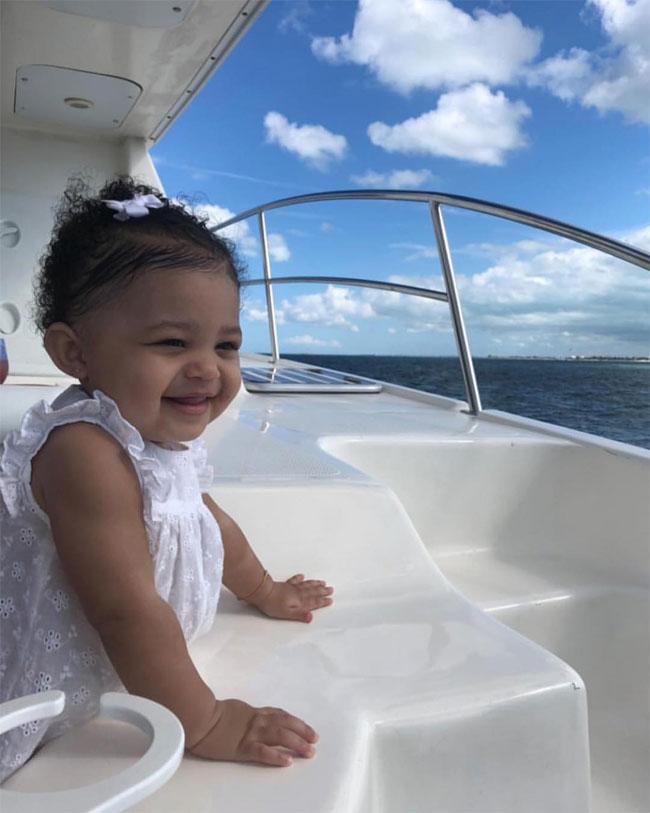 Trước khi tròn một tuổi, Stormi đã được bố mẹ đưa đi nghỉ dưỡng một tuần tại quần đảo nhiệt đới Turks & Caicos. Cô bé hào hứng ngắm cảnh biển từ trên du thuyền.