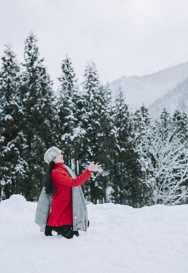 Ngọc Diễm thích thú khi được tận mắt nhìn ngắm, chạm vào những bông tuyết trắng muốt. Cô vừa có chuyến công tác ở Nhật Bản. Sau những ngày làm việc, Ngọc Diễm đi thăm ngôi làng cổ nổi tiếng Shirakawago ở tỉnh Gifu.