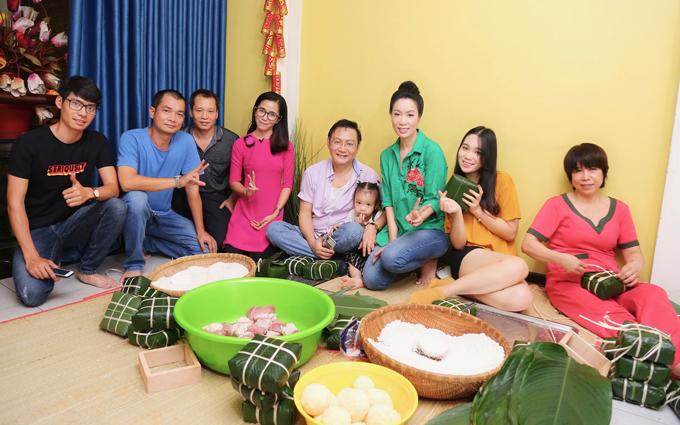 Một số học trò và bạn bè của gia đình Trịnh Kim Chi tới gói bánh chưng cùng gia đình Á hậu.