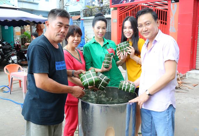 Bánh được xếp vào một chiếc nồi to và luộc bằng củi trước ngõ nhà Trịnh Kim Chi.