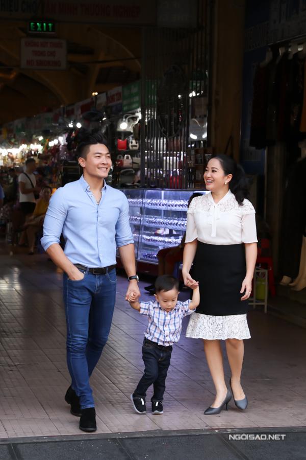 Vợ chồng Quốc Cơ - Hồng Phượng dắt con trai đi chợ Bến Thành hôm 28 Tết.