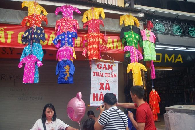 Trong khi đó, áo dài Tết trẻ em khẳng định bằng gấm Thái Tuấn trên Hàng Đào chỉ hơn 100.000 đồng.