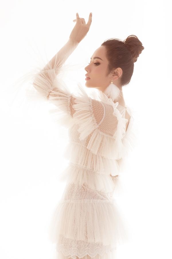 Diệu Linh tạo dáng như một vũ công trong chiếc váy chất liệu xuyên thấu của nhà thiết kế Lê Ngọc Lâm.