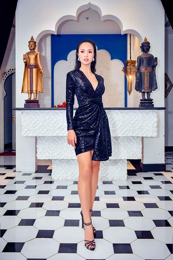 Người đẹp phim Quyên Vũ Ngọc Anh phô diễn lợi thế hình thể trong bộ đầm xẻ ngực, đính kim sa lấp lánh của NTK Lê Thanh Hoà.
