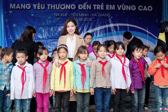 Tuệ Nghi cùng các em học sinh ở Hà Giang.