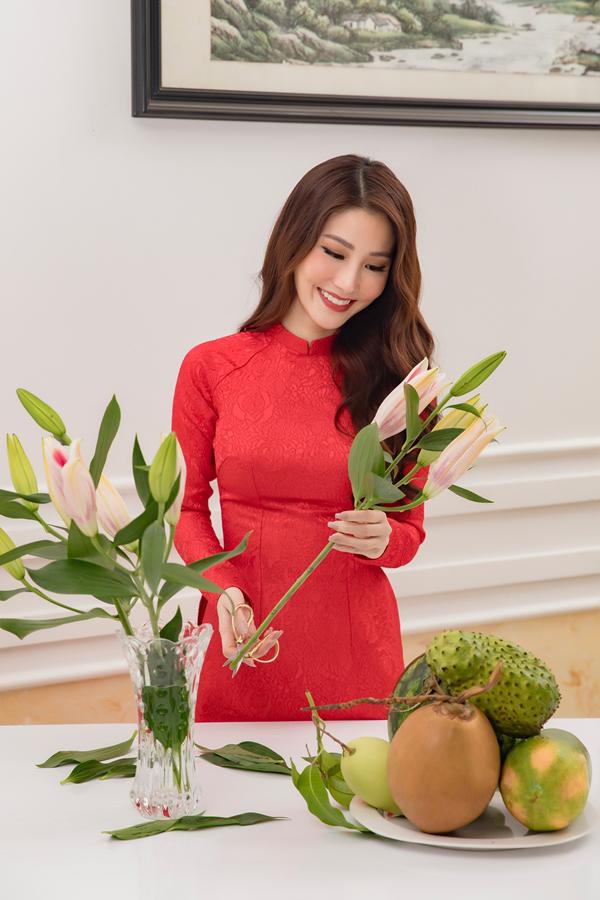 Diễm My 9X nổi bật với áo dài đỏ phom dáng truyền thống trong ngày giáp Tết.